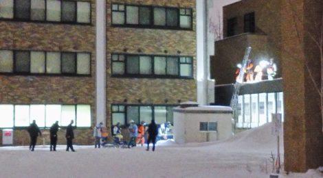 【速報】通路の屋根に男性転落、容態不明ー図書館付近